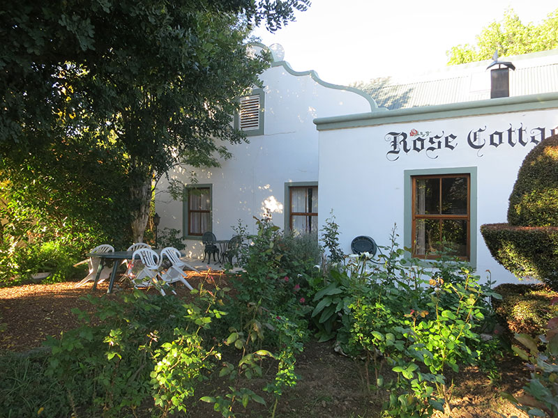 Montagu Holiday Rental - garden breakfast area